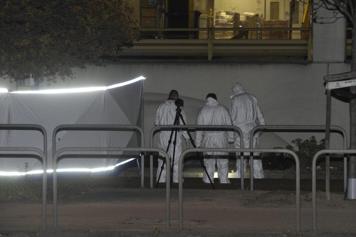 Bűnügyi helyszínelők dolgoznak 2020. április 3-án éjszaka Budapesten, az Orczy térnél, ahol megöltek egy férfit.