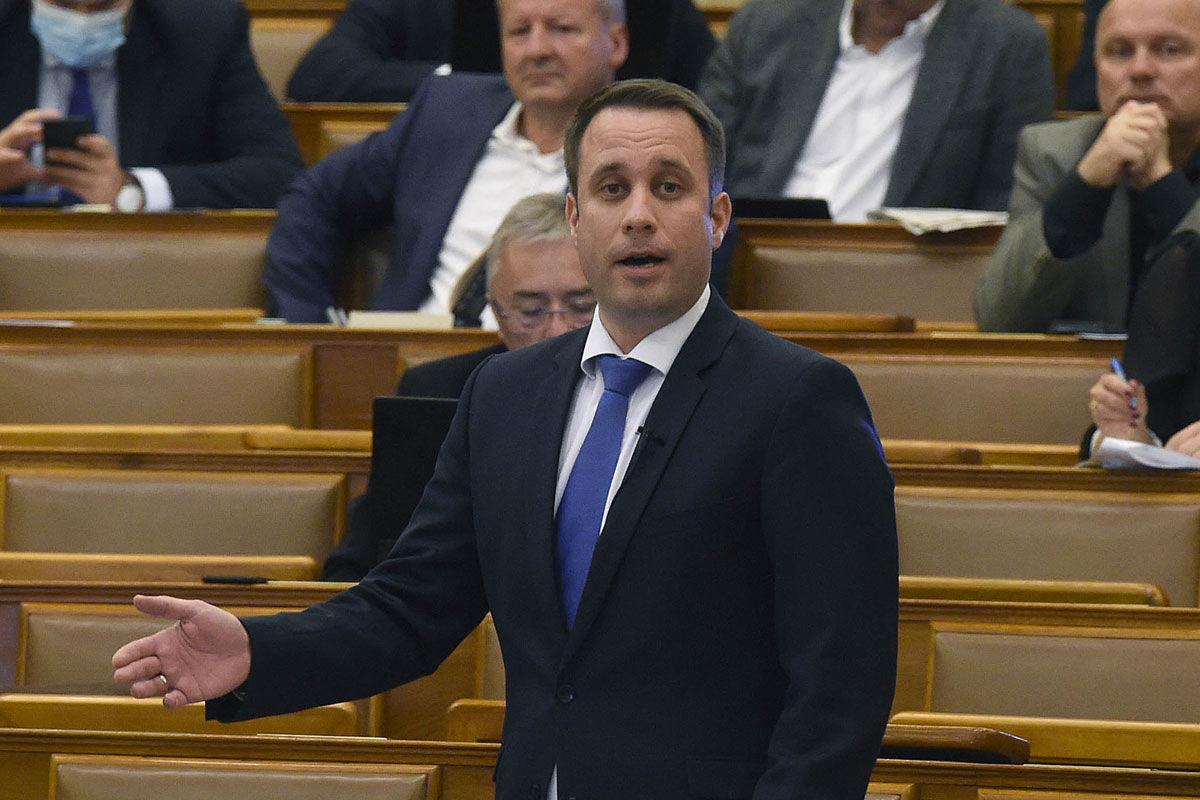 Dömötör Csaba, a Miniszterelnöki Kabinetiroda parlamenti államtitkára napirend előtti felszólalásra válaszól az Országgyűlés plenáris ülésén 2020. április 20-án.