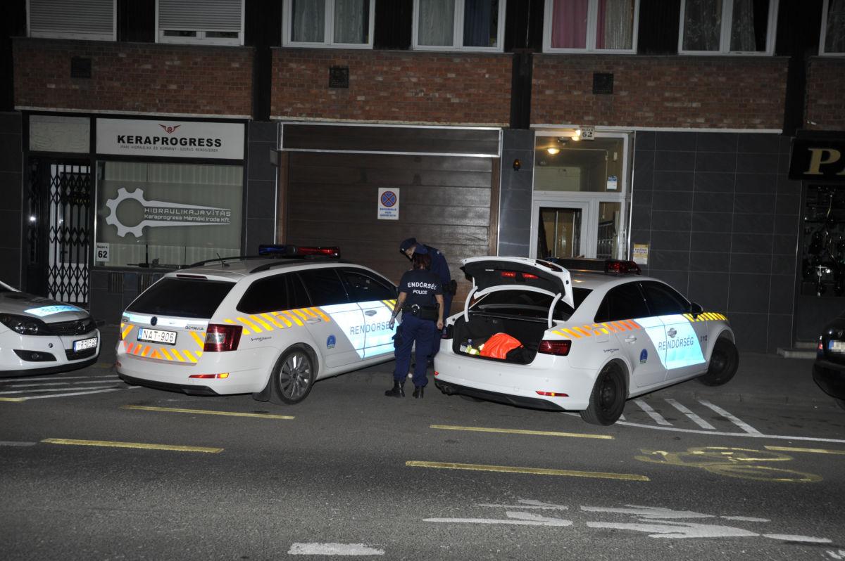 Rendőrök a VI. kerületi Bajza utcában, ahol az egyik társasházi lakásában egy elhunyt férfit találtak 2020. április 17-én.