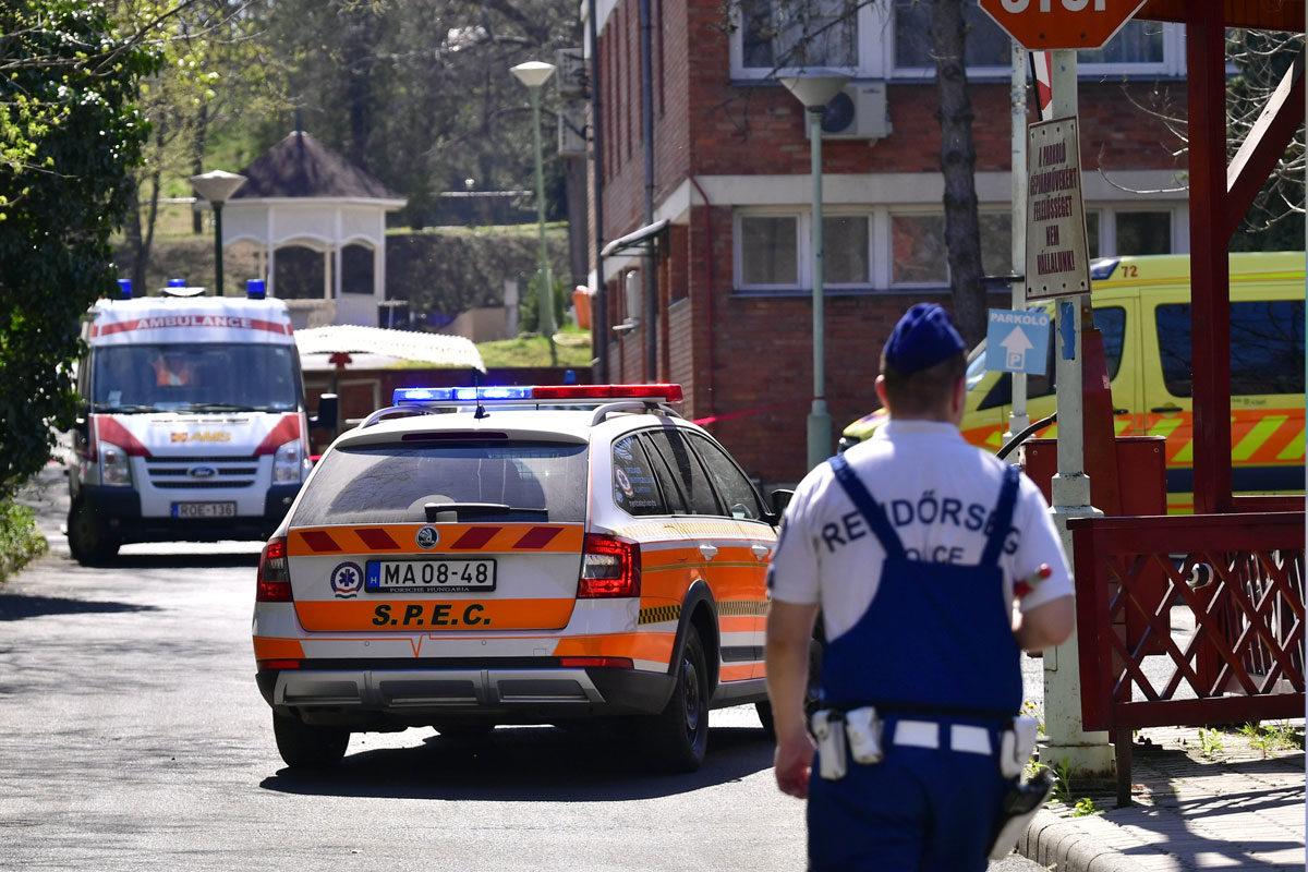 Rendőr és mentőautók a fővárosi önkormányzat Pesti úti idősotthona udvarán 2020. április 9-én.