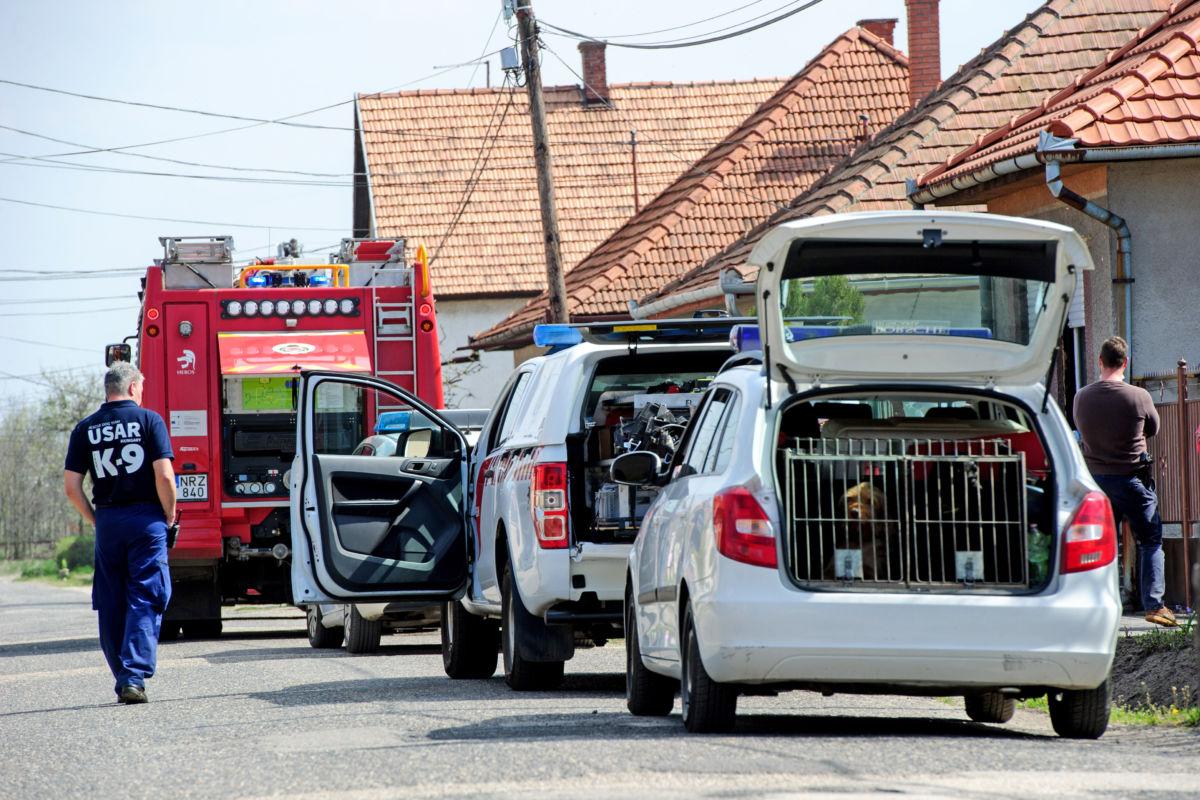 Tűzoltó- és rendőrautók Cegléden, ahol egy hároméves gyerek meghalt, amikor kigyulladt egy ház melléképülete 2020. április 10-én.