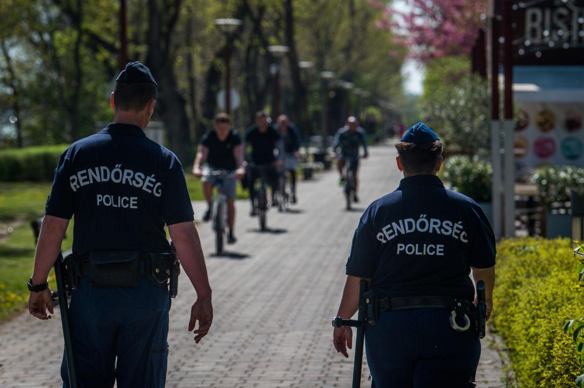 Rendőrök járőröznek Budapesten, a Kopaszi-gáton 2020. április 11-én.