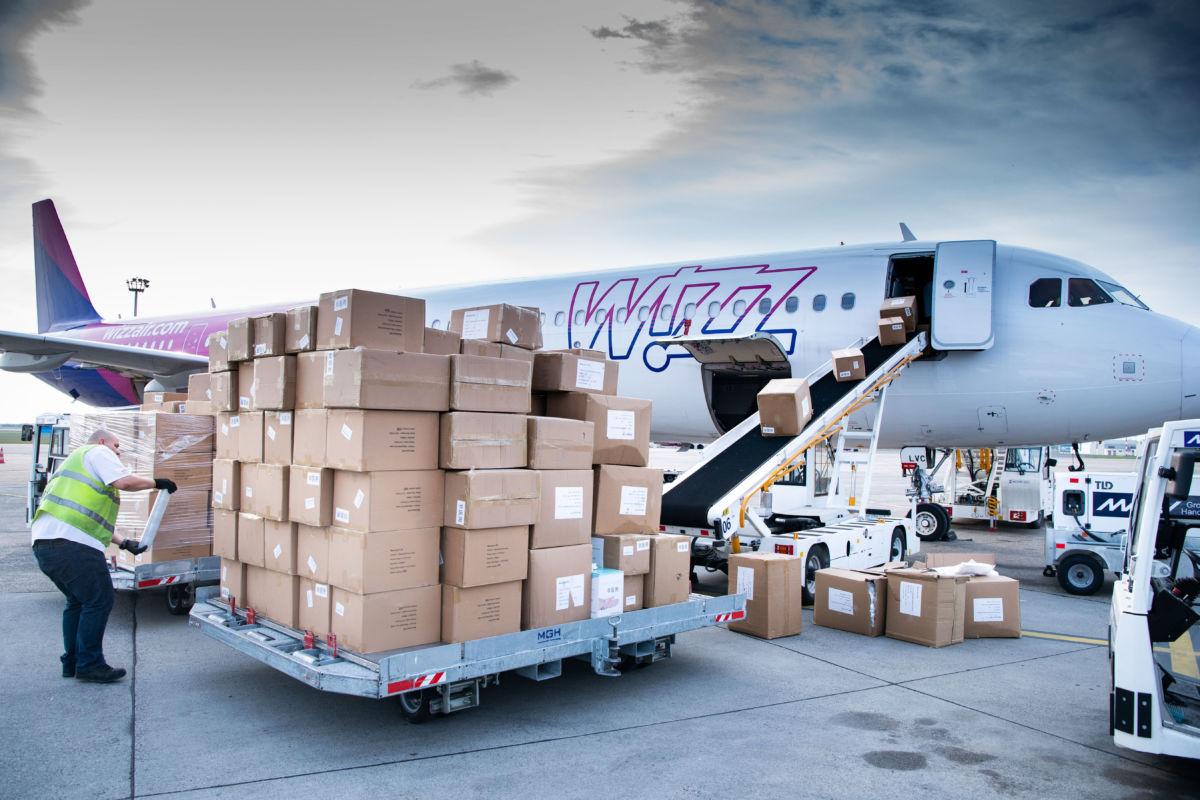 A Kínából érkezett újabb egészségügyi védőfelszerelés-szállítmányt pakolják ki a Liszt Ferenc-repülőtéren 2020. április 13-án.