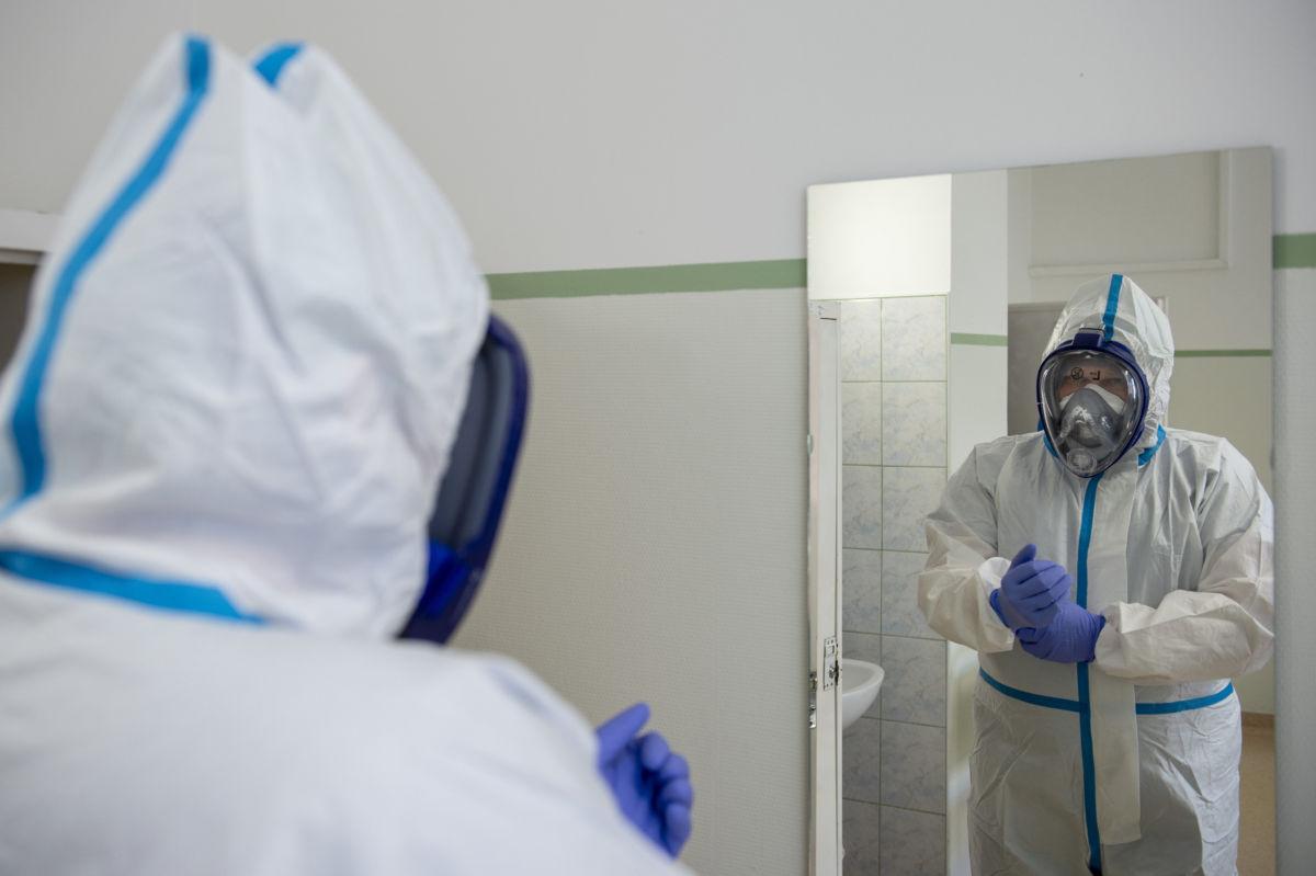 Védőfelszerelést viselő orvos a koronavírussal fertőzött betegek fogadására kialakított részlegen az Országos Korányi Pulmonológiai Intézetben 2020. április 21-én.