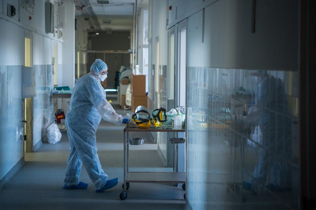 Védőfelszerelést viselő ápoló a koronavírussal fertőzött betegek fogadására kialakított izolációs teremben a budapesti Országos Korányi Pulmonológiai Intézetben 2020. április 3-án.