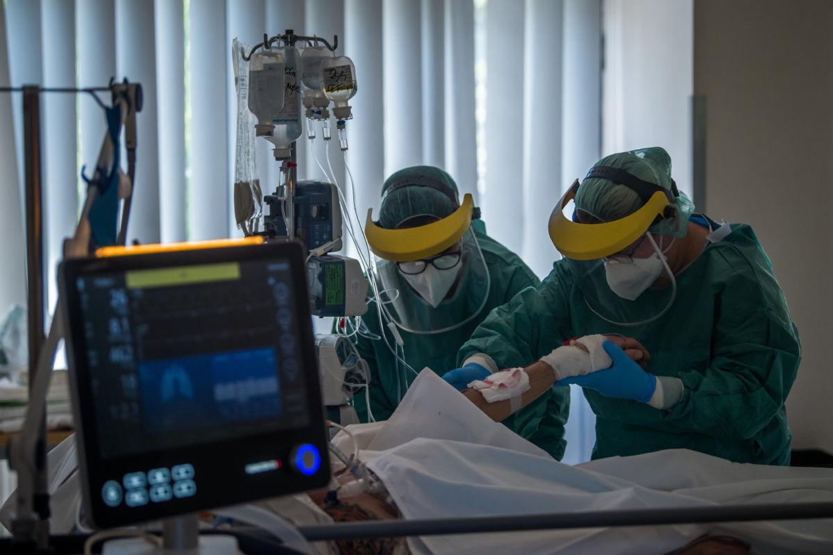 Védőfelszerelést viselő gyógytornászok a koronavírussal fertőzött betegek fogadására kialakított intenzív osztályon a Szent László Kórházban 2020. április 23-án.