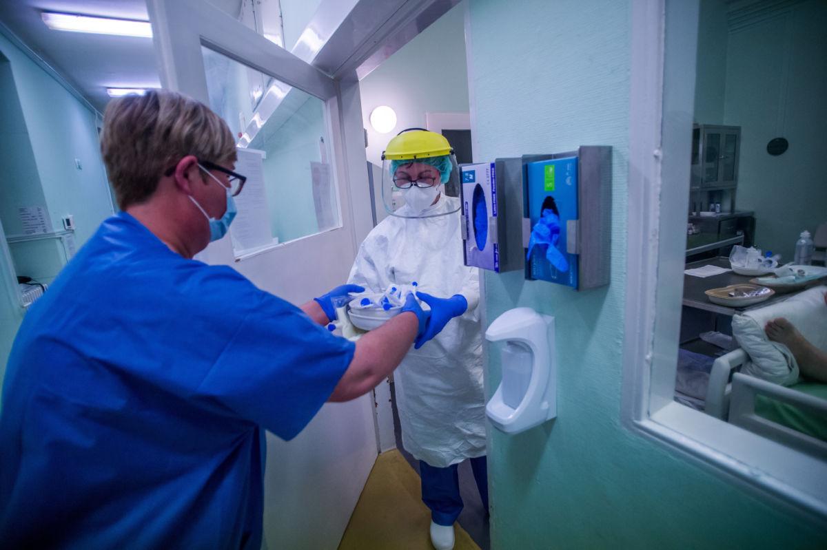 Védőfelszerelést viselő ápolók a koronavírussal fertőzött betegek fogadására kialakított intenzív osztályon az éjszakai műszakban a fővárosi Szent László Kórházban 2020. április 27-én.