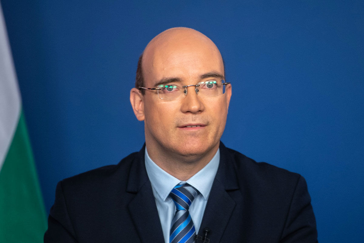 Maruzsa Zoltán, az Emberi Erőforrások Minisztériuma köznevelésért felelős államtitkára a koronavírus-járvány elleni védekezésért felelős operatív törzs online sajtótájékoztatóján Budapesten 2020. április 9-én.