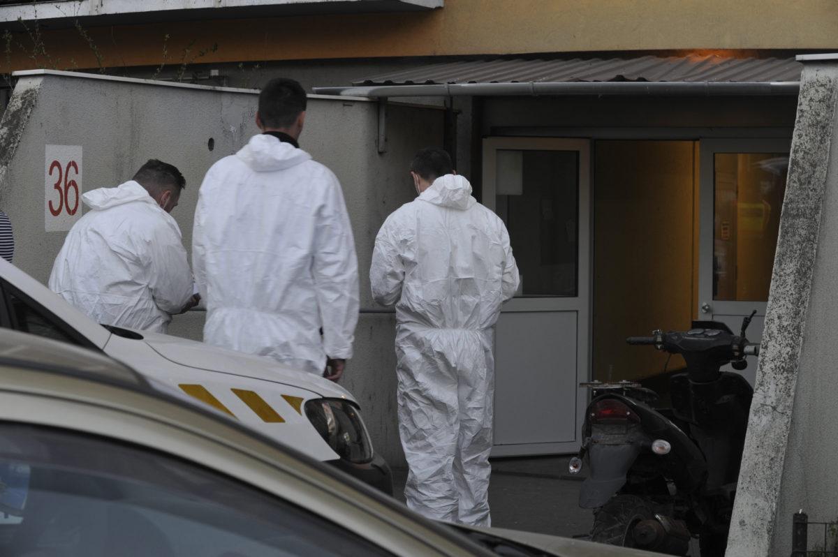 Bűnügyi helyszínelők dolgoznak 2020. április 5-én a XVIII. kerületi Havanna utcában egy társasháznál, ahol egy 38 éves nő megölte egyéves kislányát.