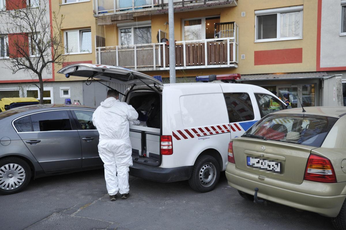 Bűnügyi helyszínelő dolgozik 2020. április 5-én a XVIII. kerületi Havanna utcában egy társasháznál, ahol egy 38 éves nő megölte egyéves kislányát.