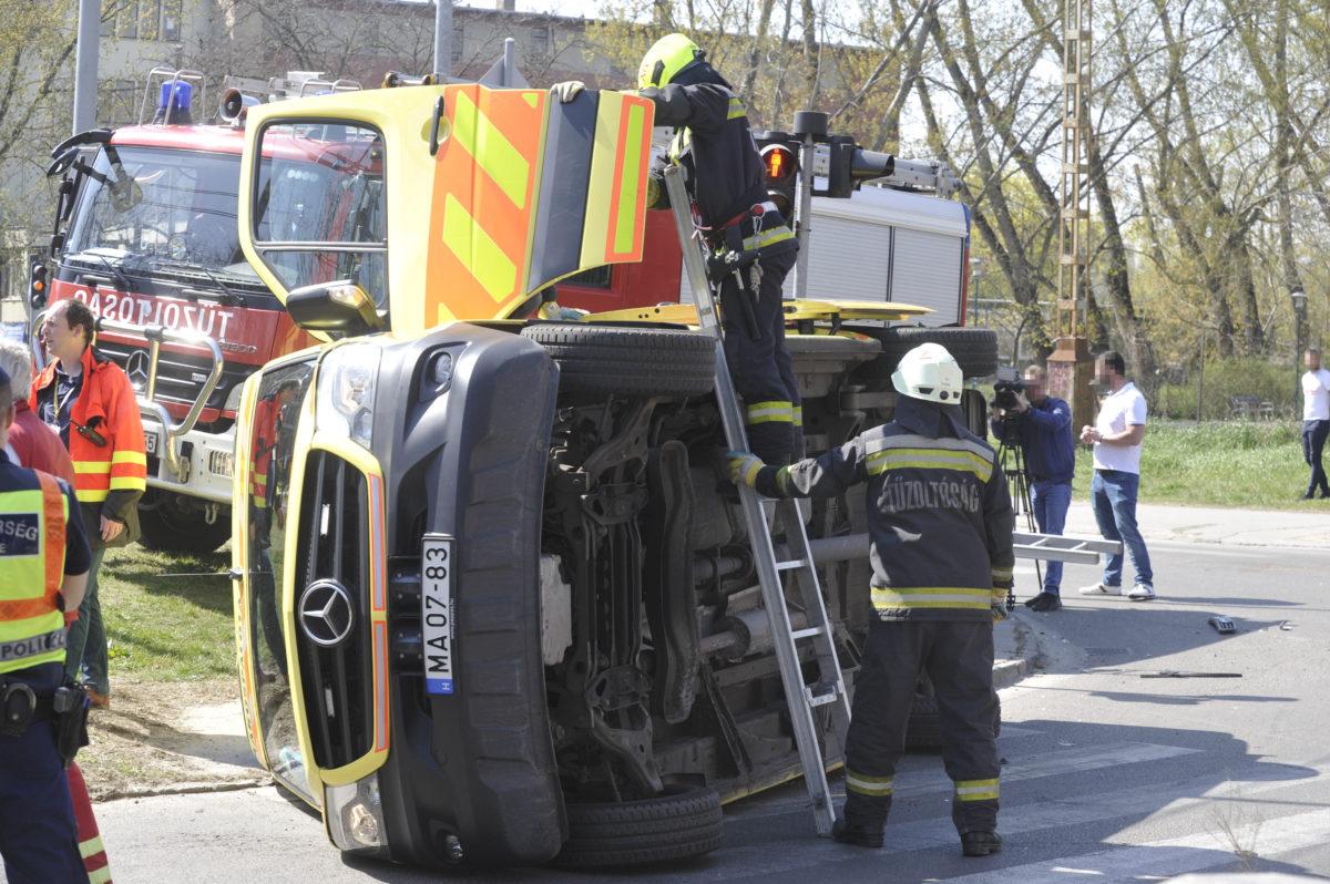 Tűzoltók felborult mentőautónál a főváros XIV. kerületében, az Egressy út és Miskolci utca kereszteződésében 2020. április 8-án.