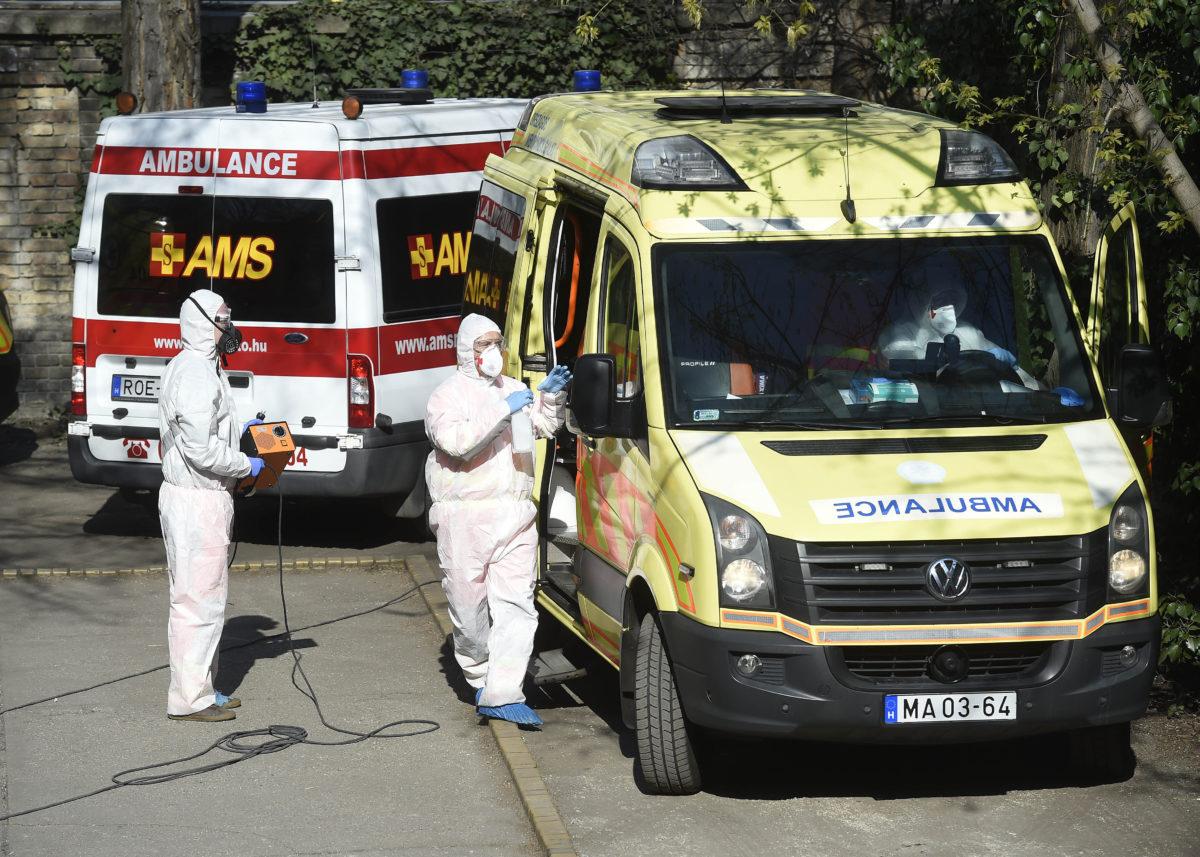 Egy mentőautót fertőtlenítenek a XIII. kerületi 1. számú mentesítési ponton 2020. április 3-án, ahonnan a koronavírus-gyanús betegekhez vonulnak mintavételre.