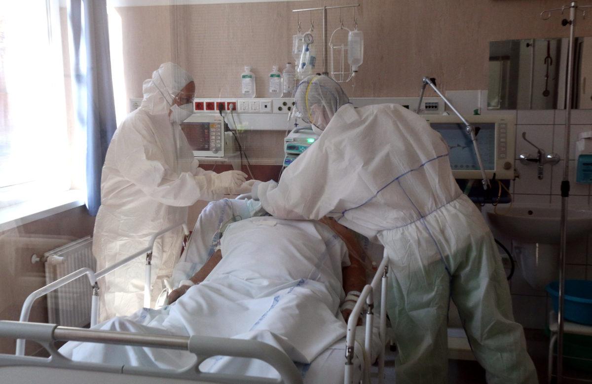 Orvos és ápolónő egy beteg mellett a Borsod-Abaúj-Zemplén Megyei Központi Kórház és Egyetemi Oktatókórház járványkórházként működő Semmelweis Tagkórházának intenzív osztályán Miskolcon 2020. április 7-én.