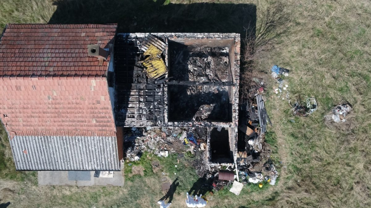 A leégett ház a rendőrség drónfelvételén.