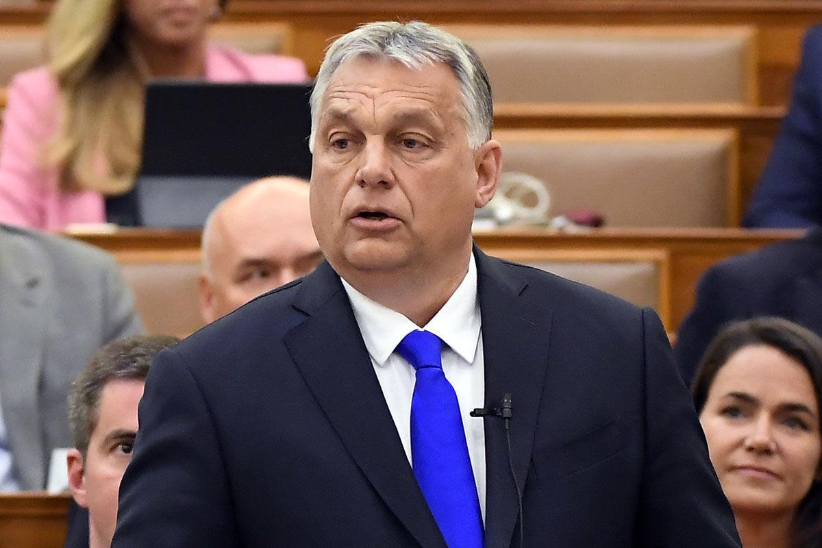 Orbán Viktor miniszterelnök azonnali kérdésre válaszol az Országgyűlés plenáris ülésén 2020. április 27-én.