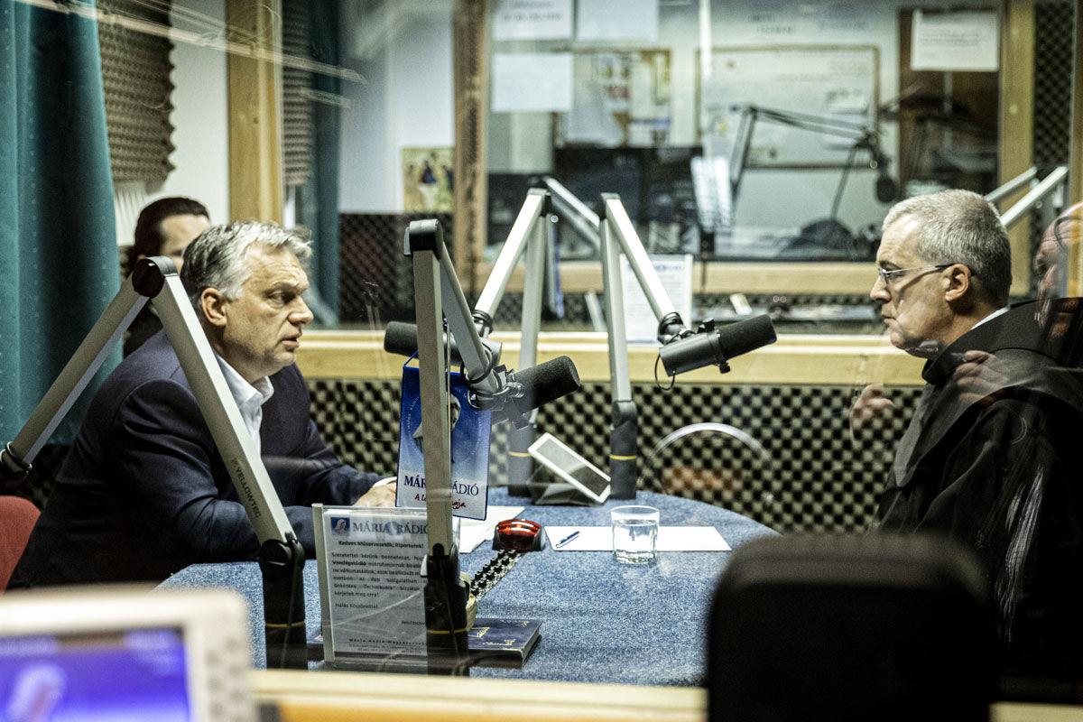 Orbán Viktor miniszterelnök (b) interjút ad Lukovits Milán szerzetesnek, a Mária Rádió műsorigazgatójának 2020. április 20-án.