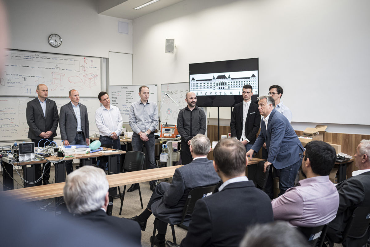 Orbán Viktor a Budapesti Műszaki Egyetem (BME) Polimertechnika Laborjában, ahol a hazai lélegeztetőgép-gyártás megindításának lehetőségeiről tájékozódott, és megtekintette a készülék prototípusát 2020. április 17-én.