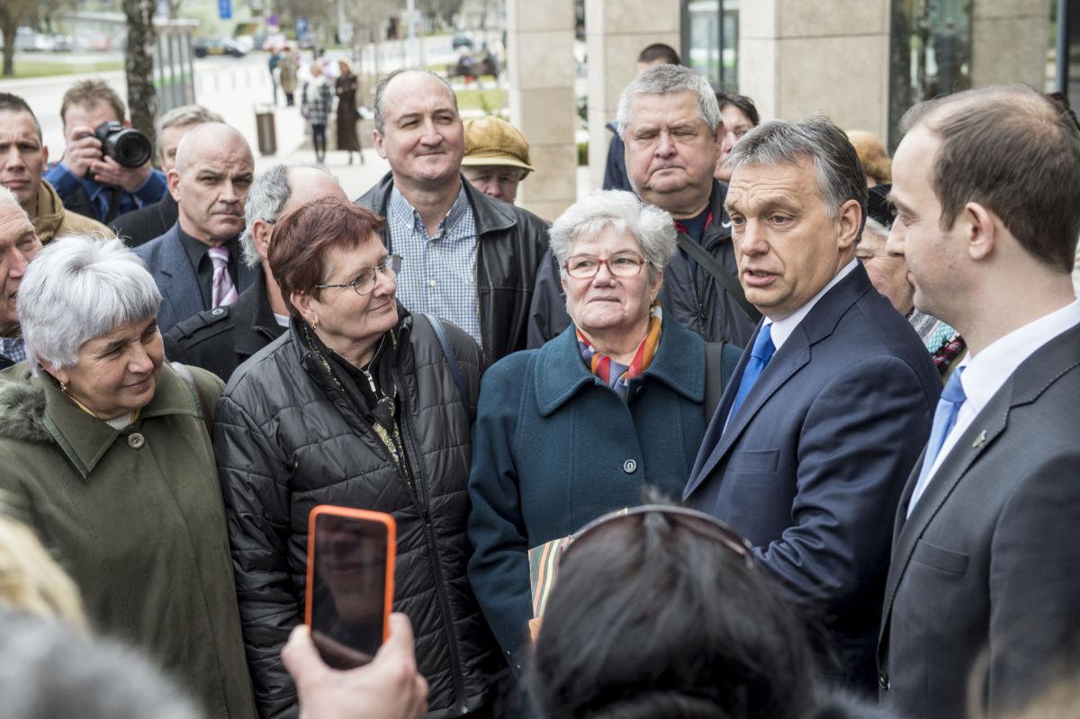 Orbán Viktor nénikkel.