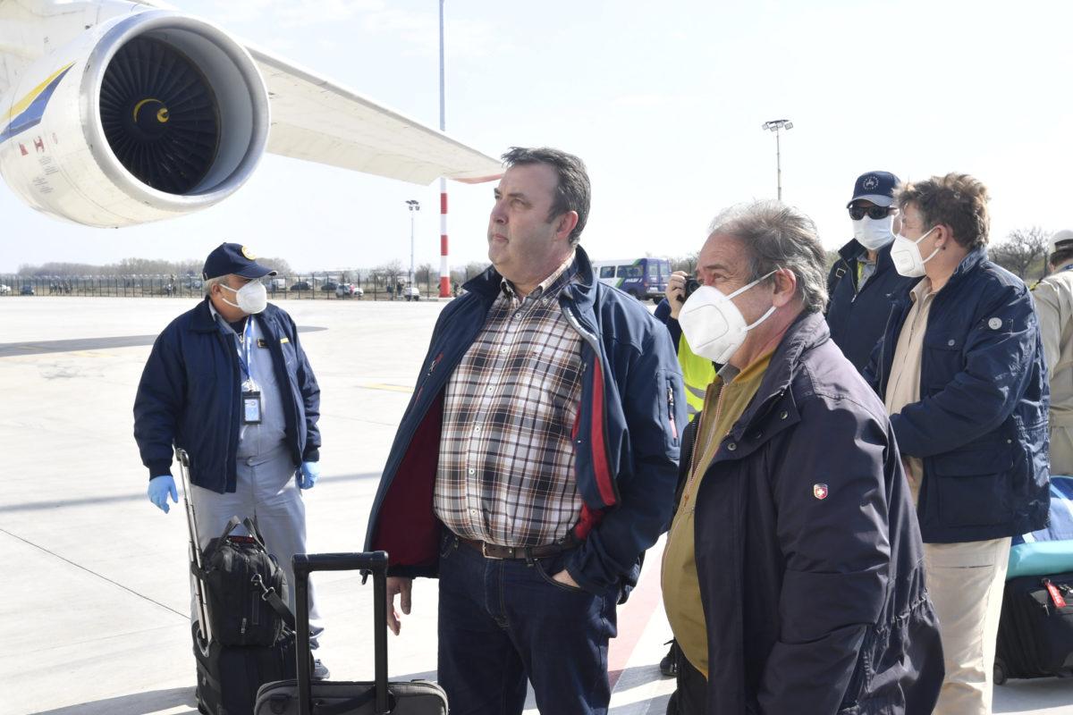 Palkovics László innovációs és technológiai miniszter (b2) az Antonov Airlines International Cargo Transporter ukrán légifuvarozó társaság Antonov 124-100M típusú teherszállító repülőgépének fogadásán a Liszt Ferenc-repülőtéren 2020. április 4-én.