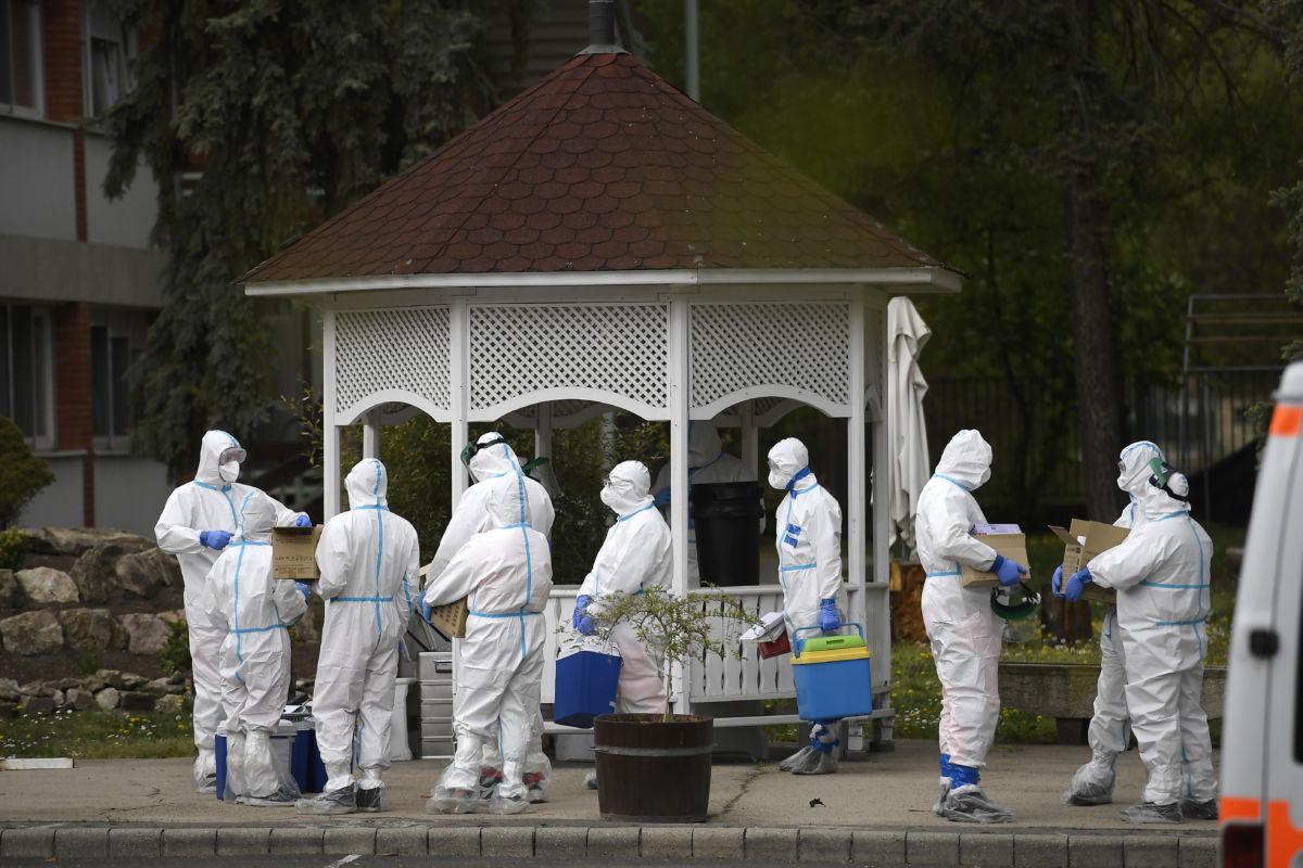 Az Országos Mentőszolgálat védőruhába öltözött munkatársai a lakók második tesztelésére készülnek a fővárosi önkormányzat Pesti úti idősotthonában 2020. április 19-én.