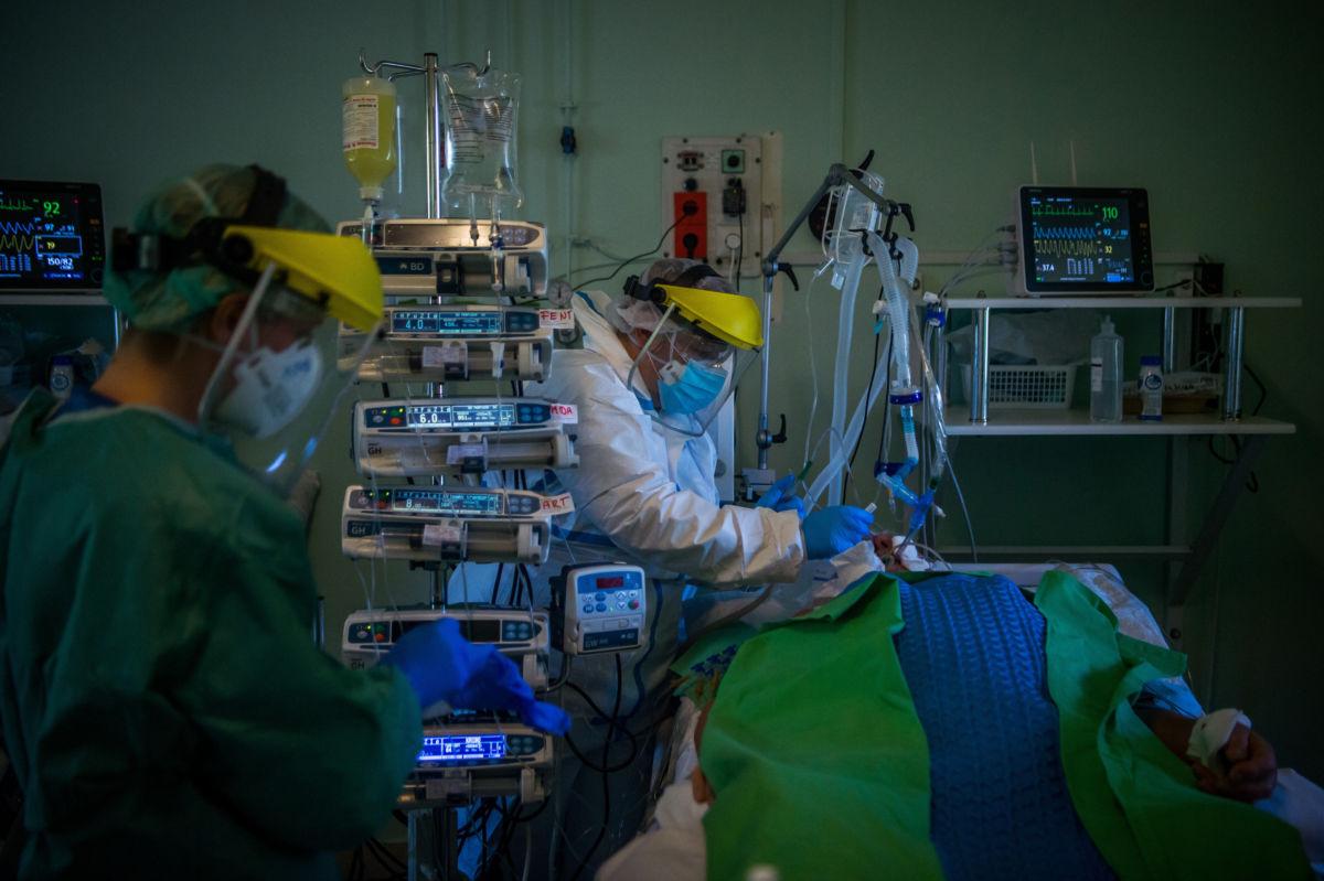 Védőfelszerelést viselő orvos vizsgál egy lélegeztetőgépre kötött beteget a koronavírussal fertőzött betegek fogadására kialakított intenzív osztályon a Szent László Kórházban 2020. április 22-én.