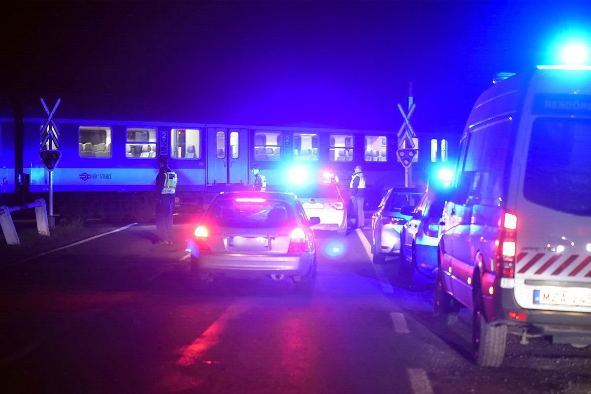 Rendőrök helyszínelnek a vasúti átjáróban Zanatnál 2020. április 19-én este.