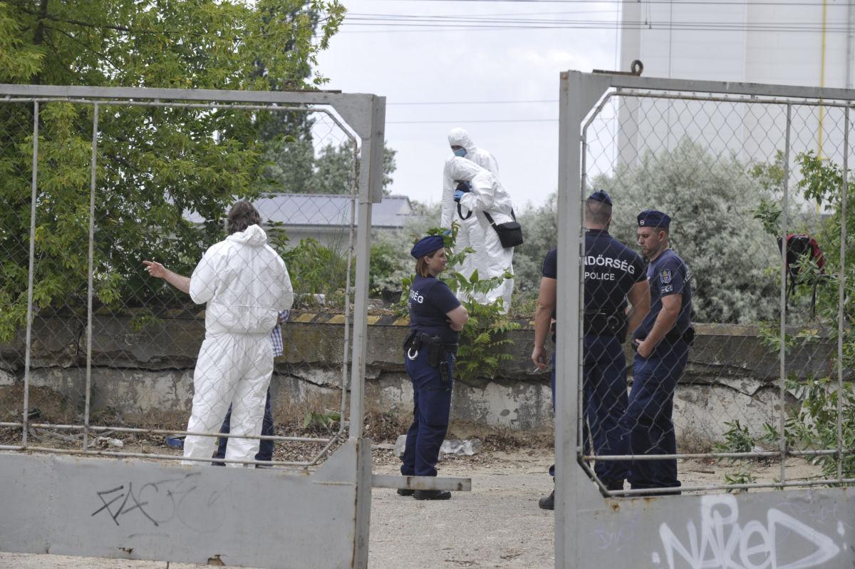 Rendőrök és bűnügyi helyszínelők Angyalföldön, egy használaton kívüli telephelyen, ahol holtan találtak egy férfit 2020. május 27-én.