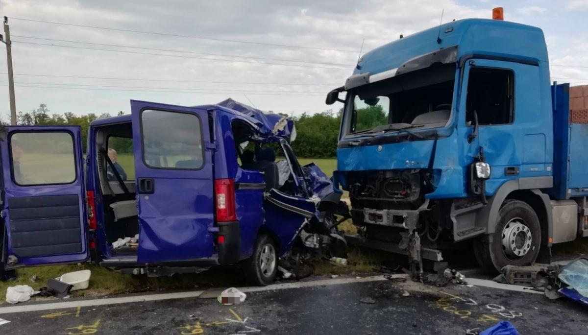 A balesetben összetört járművek.