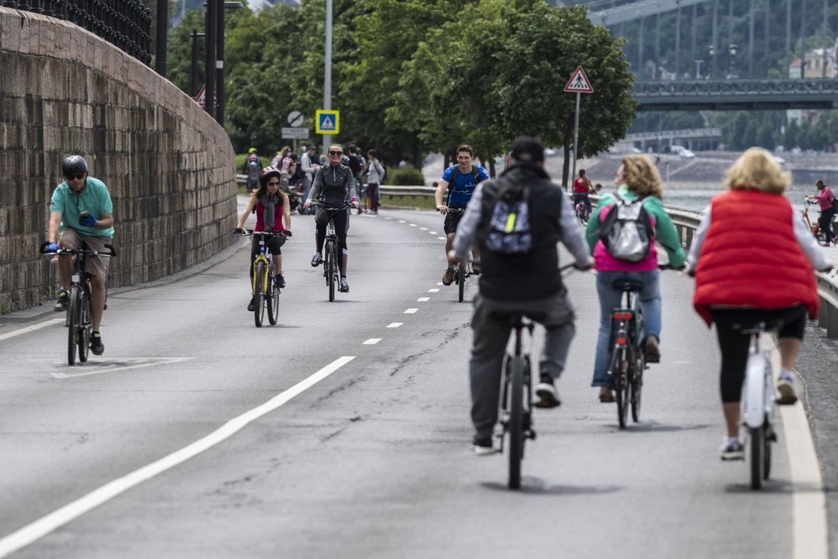 Kerékpárosok közlekednek a gépjárműforgalom elől a hétvégére lezárt pesti alsó rakparton 2020. május 16-án.