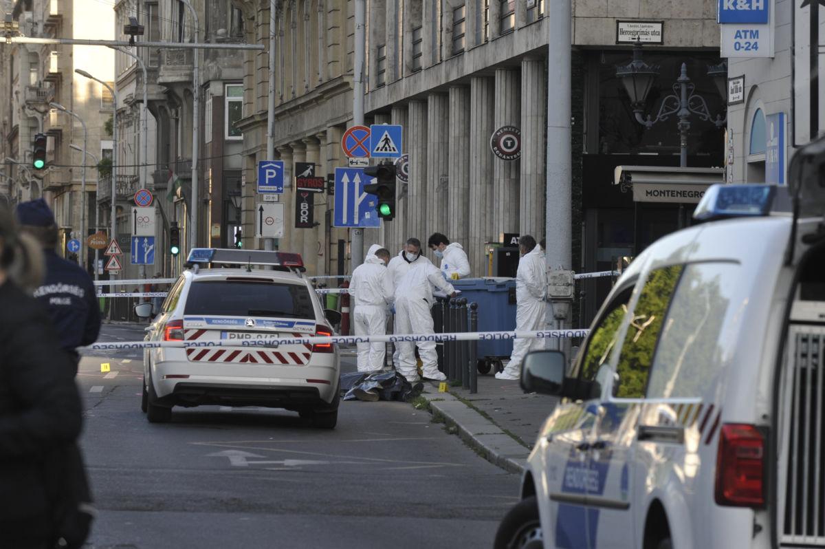 Bűnügyi helyszínelők Budapesten, a József Attila utcában, ahol megöltek két férfit egy verekedésben 2020. május 22-én.