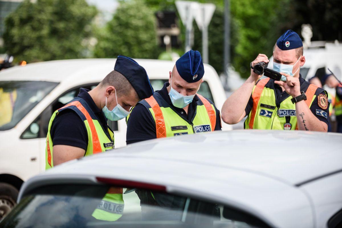 Rendőrök vegzálják a Hadházy Ákos-féle dudálós tüntetés résztvevőit a budapesti Clark Ádám téren 2020. május 11-én.