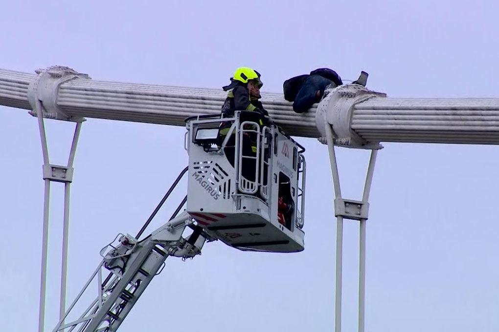 Lehozták az Erzsébet hídra felmászott férfit, videón a mentés