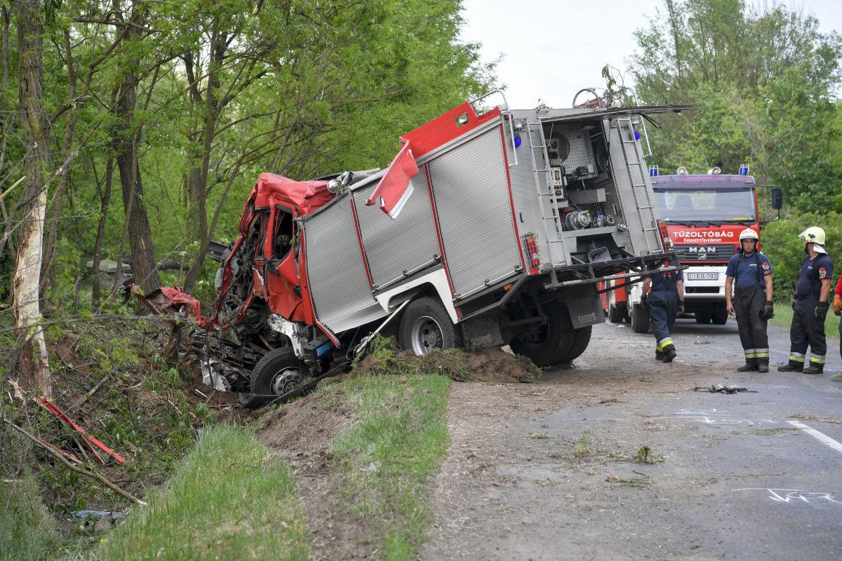 Összeroncsolódott tűzoltóautó a Hajdúböszörmény és Hajdúhadház közötti úton 2020. május 19-én.