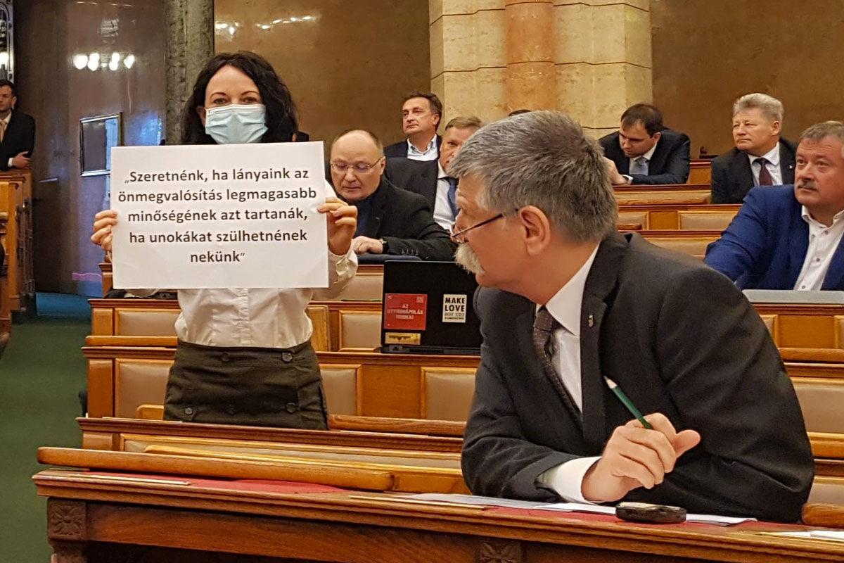 """""""Orbánék háborút indítottak a nők ellen"""" – ellenzéki képviselőnők tiltakoztak a Parlamentben"""