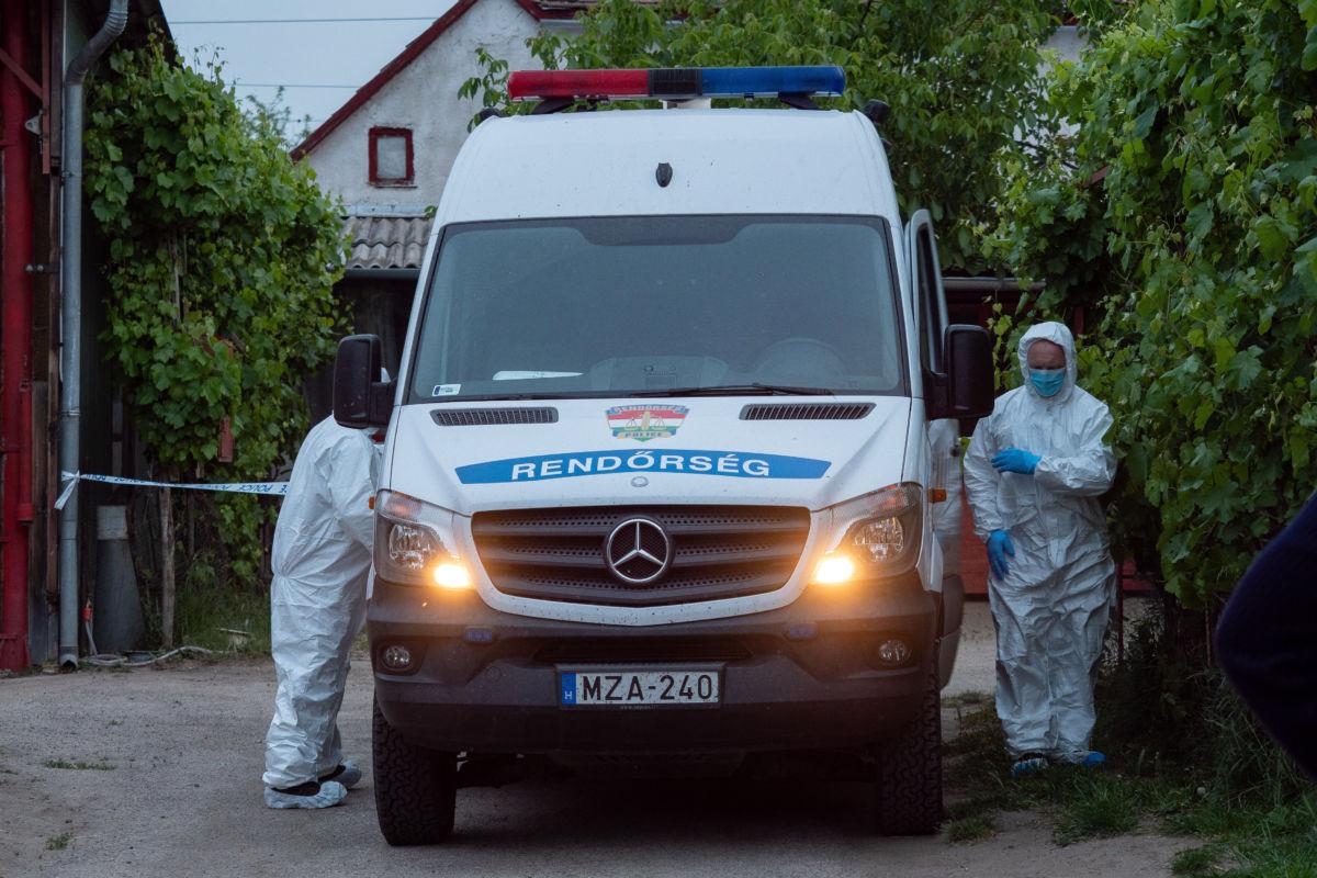 Bűnügyi helyszínelők Kiskunhalason, ahol meghalt egy 79 éves férfi, miután a gyanú szerint egy hozzátartozója bántalmazta 2020. május 16-án.