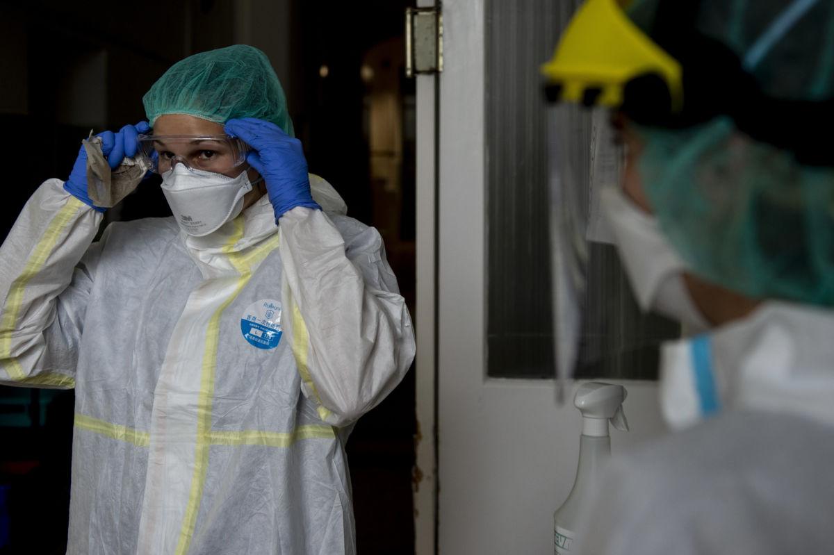 Egészségügyi dolgozók a budapesti Szent János Kórház COVID osztályán.