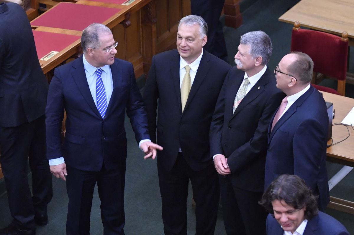 Az Országgyűlés ünnepi ülésének végén Orbán Viktor miniszterelnök (b2), Kósa Lajos, az Országgyűlés honvédelmi és rendészeti bizottságának fideszes elnöke (b), Kövér László házelnök (b3), Németh Zsolt, az Országgyűlés külügyi bizottságának fideszes elnöke (b4) beszélget, jobbra Deutsch Tamás, a Fidesz-KDNP EP-képviselője 2020. május 2-án.