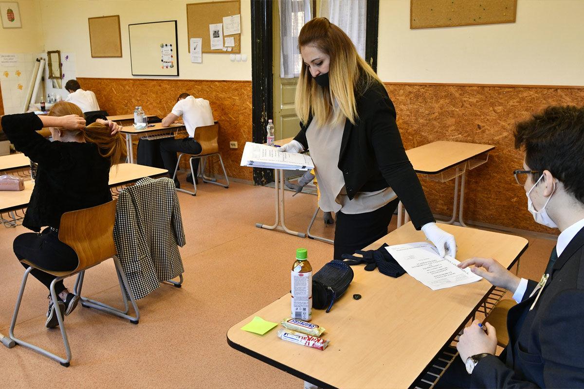 Kiosztják a tételeket az érettségi vizsga előtt a fővárosi Szerb Antal Gimnáziumban 2020. május 4-én.