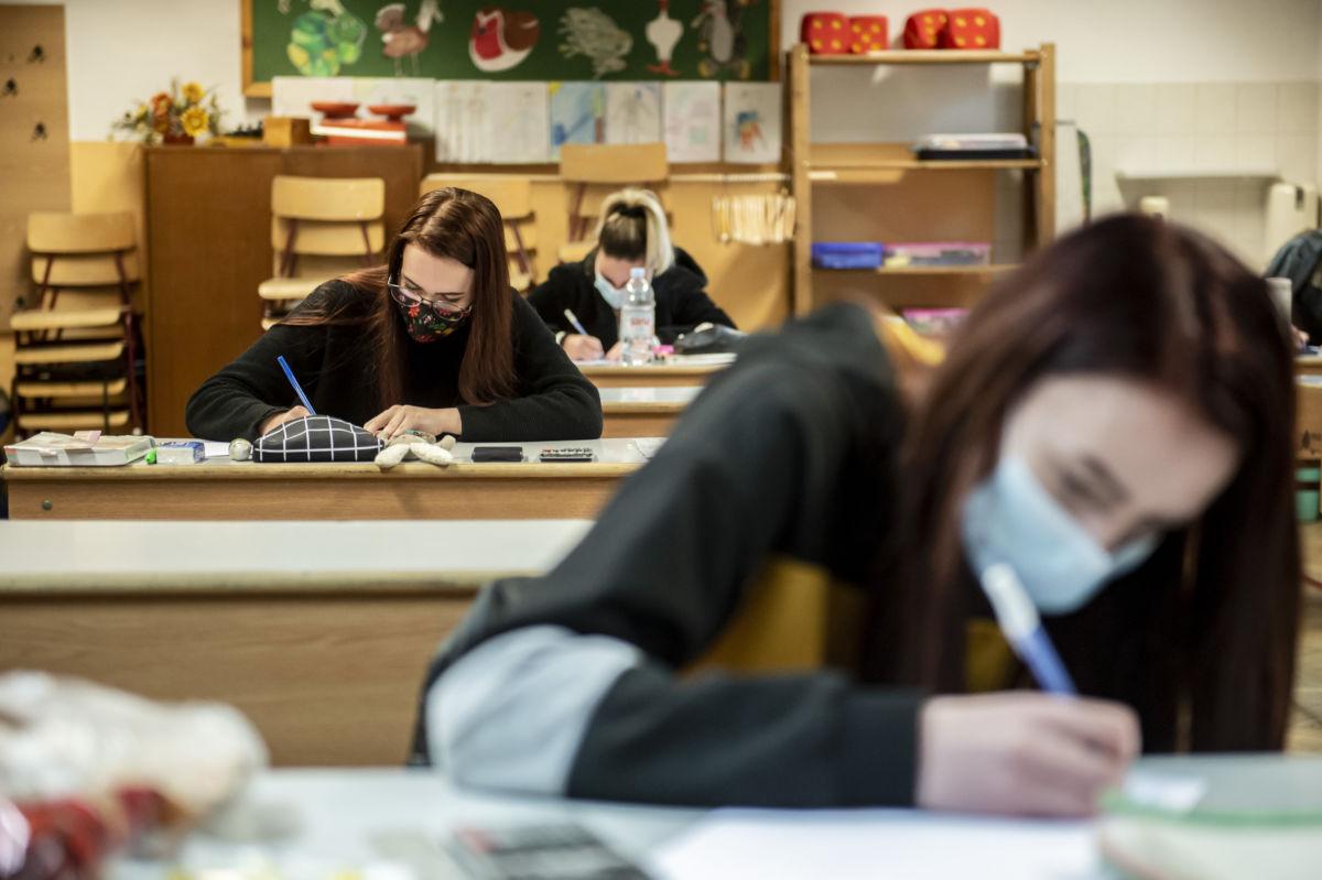 Diákok a matematika írásbeli érettségi vizsgán az egri Eszterházy Károly Egyetem Gyakorló Általános, Közép, Alapfokú Művészeti Iskola és Pedagógiai Intézetben 2020. május 5-én.