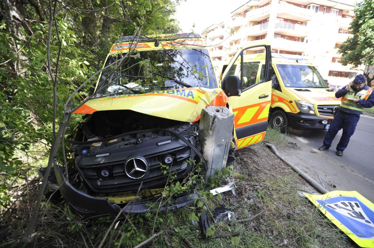 Összeroncsolódott mentőautó a XVIII. kerületi Nemes utcában, miután összeütközött egy személygépkocsival 2020. május 6-án.