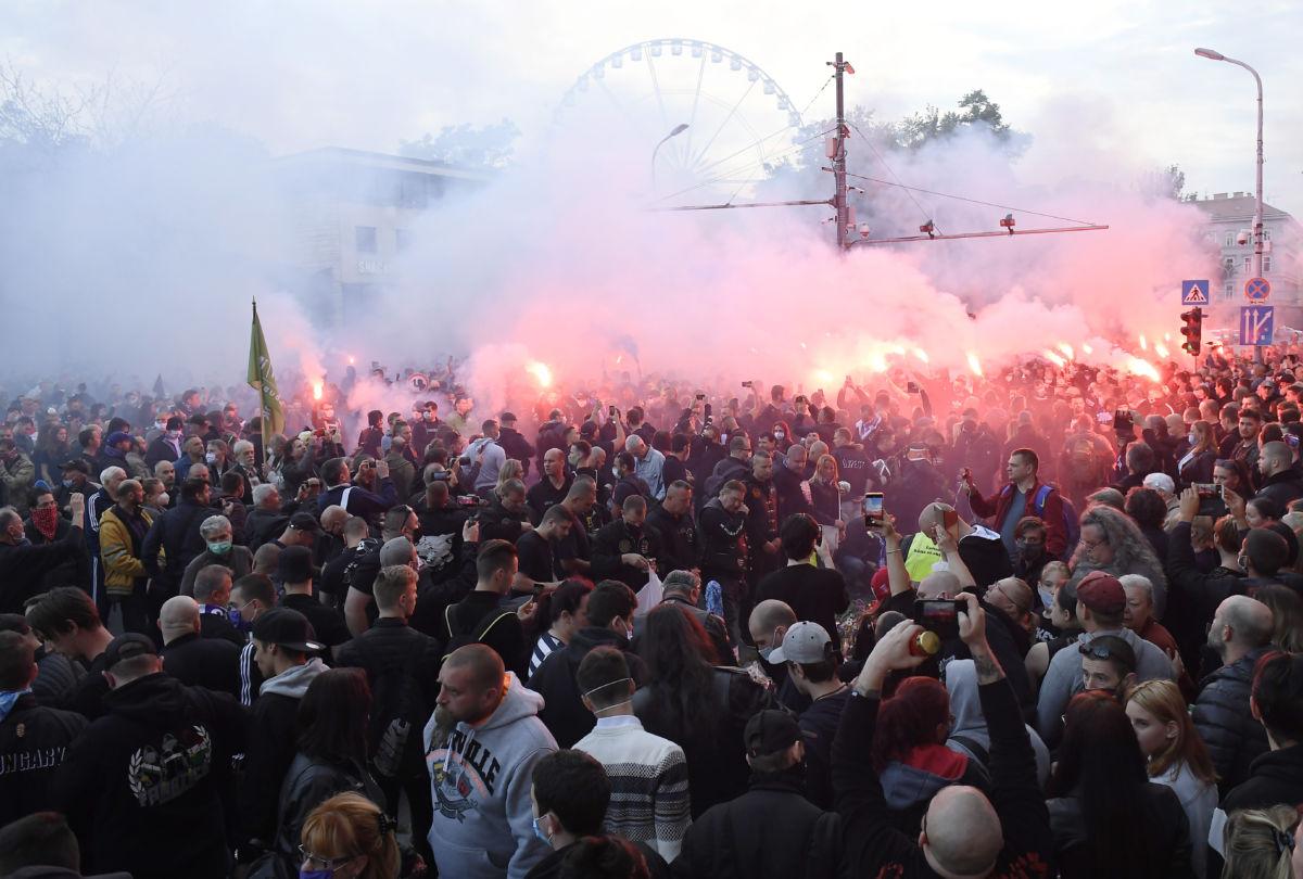 A Mi Hazánk Mozgalom megemlékezése a Deák téri késelés áldozatairól a bűnözés ellen szervezett felvonulás végpontján, a József Attila utcában 2020. május 28-án.