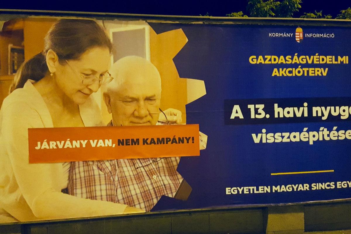 Kijavította a Momentum a kormány plakátjait