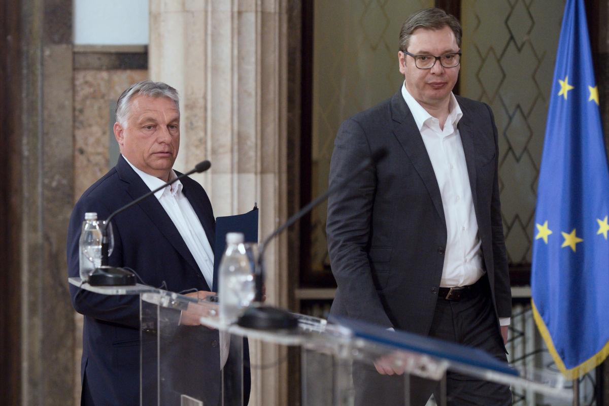 Orbán Viktor miniszterelnök (b) és Aleksandar Vucic szerb elnök sajtótájékoztatóra érkezik Belgrádban 2020. május 15-én.