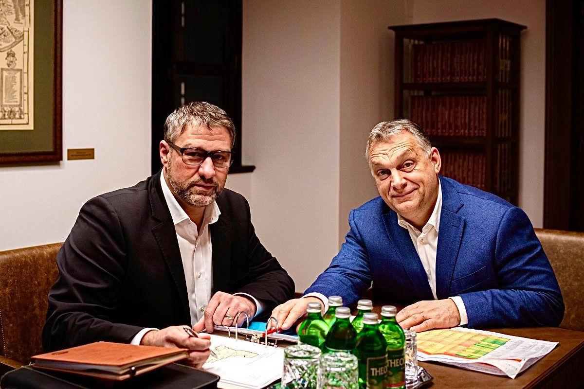 A bűnszervezetben elkövetett költségvetési csalással vádolt fideszes Simonka György Orbán Viktorral a Karmelita kolostorban 2020. márciusában.
