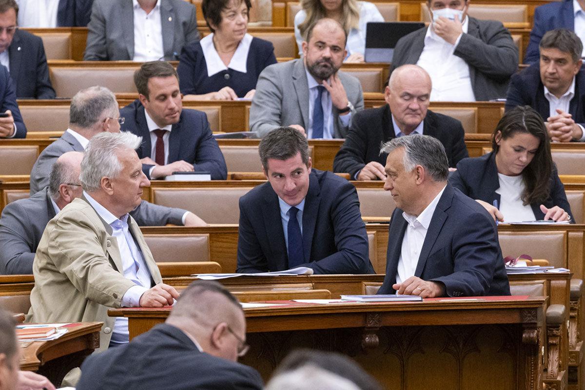 Orbán Viktor miniszterelnök (első sor, j), Semjén Zsolt nemzetpolitikáért felelős miniszterelnök-helyettes (első sor, b) és Kocsis Máté, a Fidesz frakcióvezetője (k) az Országgyűlés plenáris ülésén 2020. május 19-én.