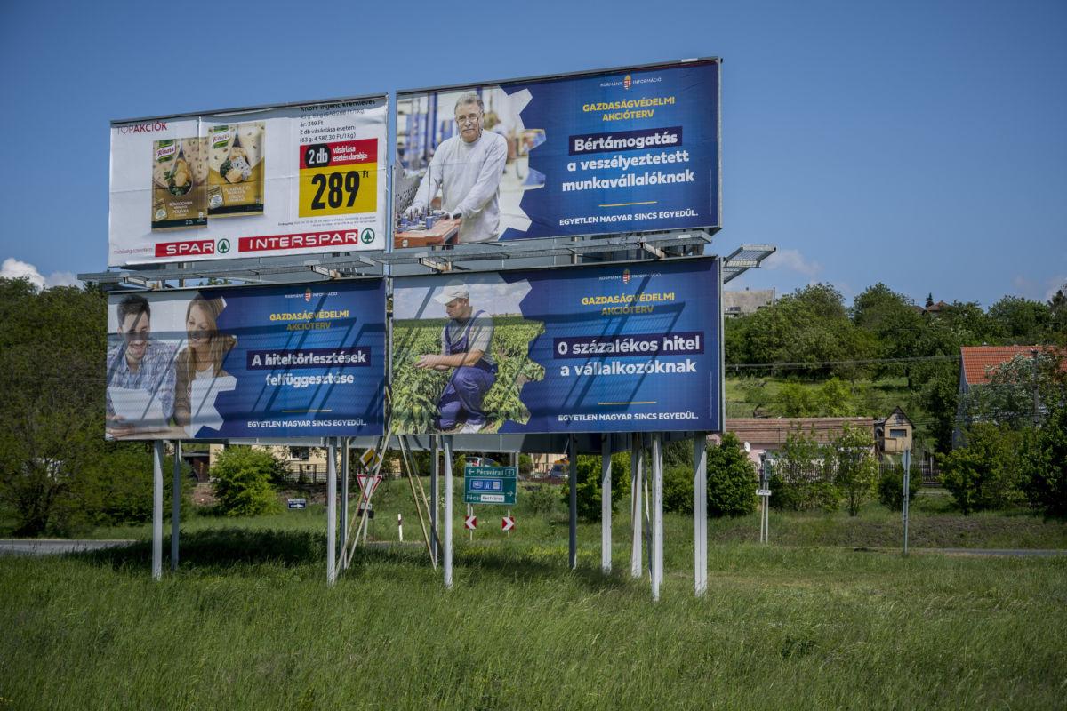 A koronavírus-járvány miatt elindított gazdaságvédelmi akciótervet népszerűsítő óriásplakátok Pécsen 2020. május 3-án.