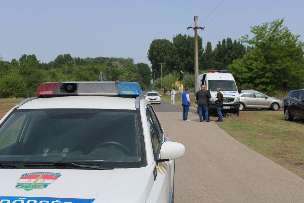 Rendőrök dolgoznak Balástya külterületén.