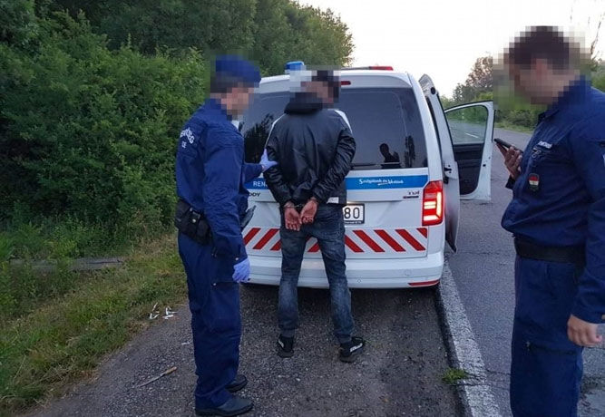 A 18 éves késelő elfogása a rendőrség fotóján.