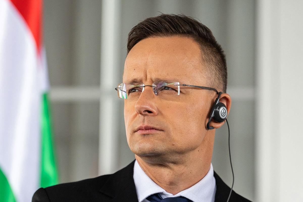 Szijjártó Péter külgazdasági és külügyminiszter az Anze Logar szlovén külügyminiszterrel közösen a Hosszúfalu (Dolga Vas)-Rédics határátkelőn tartott sajtótájékoztatón 2020. május 28-án.