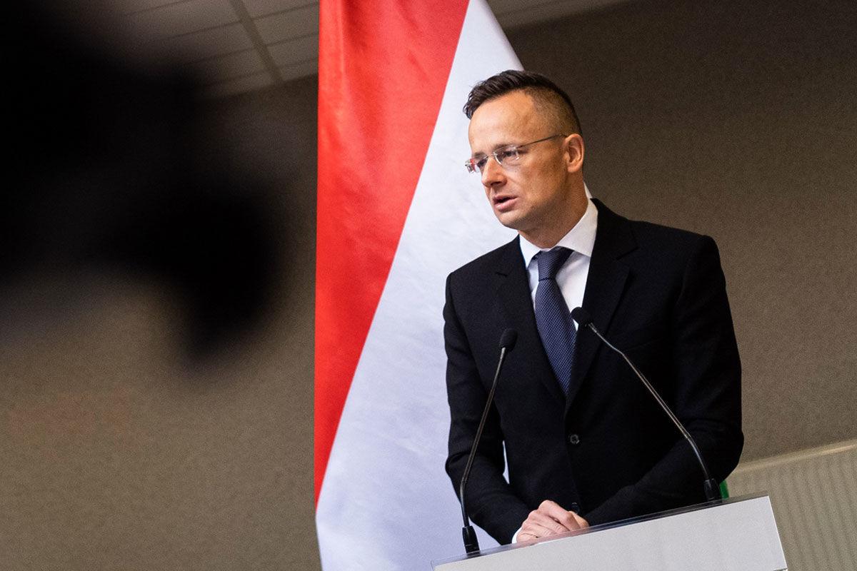 Szijjártó Péter külgazdasági és külügyminiszter beszél a Röszke-Horgos határátkelőhelynél tartott sajtótájékoztatón 2020. május 25-én.